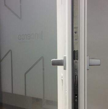 Puerta con doble maneta y cerradura bulones